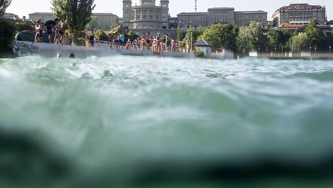 In Bern an Hitzetagen immer eine Option: ein Sprung in die Aare vor atemberaubender Kulissa. (Archivbild)
