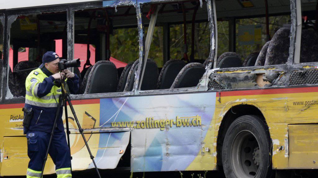 Schwerer Verkehrsunfall im Aargauer Surbtal: Im Postauto starben zwei junge Menschen beim Zusammenprall im November 2014. Vier Personen erlitten schwere Verletzungen. (Archivbild)