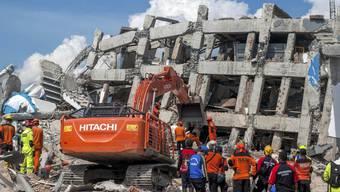 Nach einer neuen offiziellen Zwischenbilanz kamen auf der Insel Sulawesi mehr als 1200 Menschen ums Leben. Unter den Trümmern von Häusern und im Schlamm werden noch viele weitere Leichen vermutet.