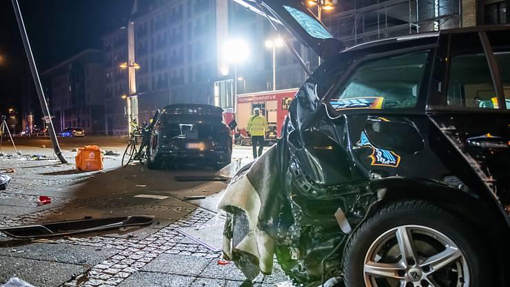 dpatopbilder - Zwei zerstörte PKW stehen nach dem Unfall im Frankfurter Ostend auf der Straße. Bei einer tödlichen Kollision hat ein SUV mehrere Menschen erfasst. Foto: Silas Stein/dpa - ACHTUNG: KFZ Kennzeichen wurde(n) aus rechtlichen Gründen gepixelt