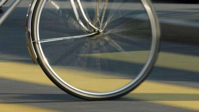 Der Velofahrer hat sich schwere Verletzungen zugezogen. (Symbolbild)