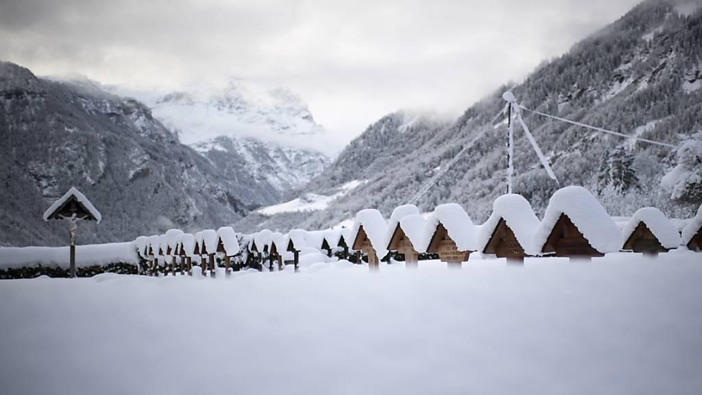 In Teilen der Schweiz fielen über das Wochenende grosse Schneemengen. so etwa in Valens SG.