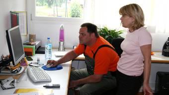 Pflegedienstleiterin Cornelia Huber führt Kevin Rowntree (Chef Betreuung) in das Patienten-System ein