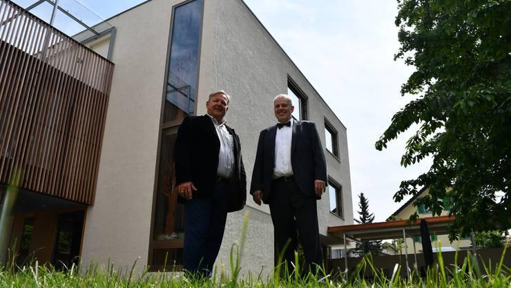 Thomas Wymann (links) und Rolf von Moos vor dem Neubau an der Habsburgerstrasse in Brugg.