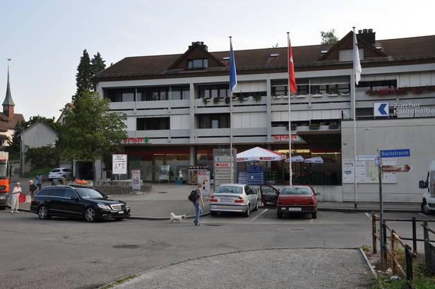 Gegafft wird eher selten. Wäre dem so, dann könnte der Markt auf dem Platz in Oberurdorf nicht bereits auf eine über 30-jährige Erfolgsgeschichte zurückblicken. Nein, es wird eifrig eingekauft am «Muulaffemärt». Seit 1983 existiert er. Den Namen verdankt er dem Platz, der im Volksmund nur «Muulaffeplatz» genannt wird und seit 2013 tatsächlich auch so beschriftet ist. Seinen Ursprung hat der Name im Mittelalter. Damals bezeichnete «Muulaff» einen tönernen, kopfförmigen Halter für Kienspäne, in dessen offenes Maul der Span gesteckt wurde. Er diente als Beleuchtung für Arbeiter, die ihr Werk im Dunkeln verrichten mussten. Seit dem 15. Jahrhundert wird unter dem Begriff «Muulaff» ein untätig herumstehender Schaulustiger verstanden, einer, der mit offenem Maul dasteht und gafft. Mittlerweile kennt man das Wort fast nur noch von der Redewendung «Maulaffen feilhalten», also gaffen. Möglich, dass dies in früheren Jahren hin und wieder auf dem «Muulaffeplatz» vorgekommen ist. Sicher ist jedoch, dass er seit je als Treffpunkt diente. So errichtete die Gemeinde 1870 einen steinernen Brunnen auf dem «Muulaffeplatz», wo er bis 1929 der öffentlichen Wasserversorgung diente. Danach wurde er mehrmals versetzt, ehe er 2002 vor dem Ortsmuseum seinen heutigen Standort fand.