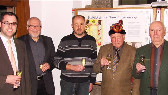Auf eine gelungene Ausstellung wird angestossen: Bürgermeister Ulrich Krieger, Rudolf Lüscher, Zunftarchivar Hubert Mutter, Stadtarchivar Martin Blümcke und Egon Gerteis (v.l.).