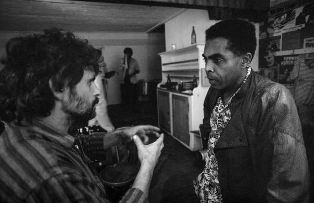 Peter Burkhart, Besitzer und Betreiber des Kulturlokals, 1990 im Gespräch mit Gilberto Gil.