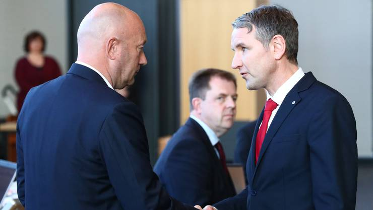 Thomas Kemmerich (links) gibt sein Amt wieder ab.