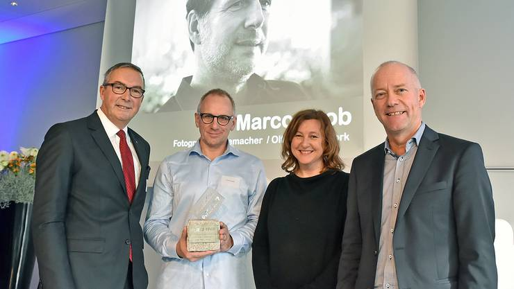 Von links: Urs Blaser, Paul Merki, Dorothee Messmer, Martin Wey; auf der Leinwand der abwesende Marco Grob.