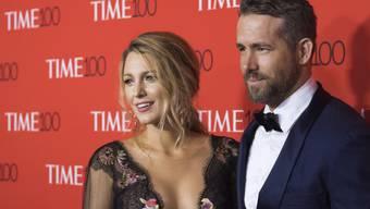 Geniessen die frische Luft: Der kanadische Schauspieler Ryan Reynolds (r) und seine Frau Blake Lively haben ein Foto von sich und ihrer jüngsten Tochter im Herbstwald veröffentlicht.