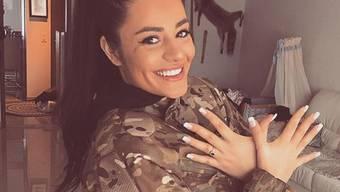 Jetmira Avdili posiert auf Instagram mit der kosovarischen Militäruniform und dem Doppel-Adler.