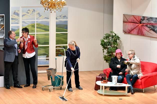 Das neue Stück soll das Publikum zum Lachen bringen. Es handelt von einem Kur- und Wellnesshotel und dessen kuriosen Gästen und Mitarbeitenden.