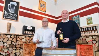 Marek Kammermann und Sascha Büttler (v. l.) bieten Bier und Kaffee an.