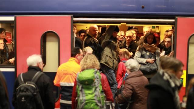 Pendler am Bahnhof Winterthur: Sie sollen eine Direktverbindung nach Basel erhalten.