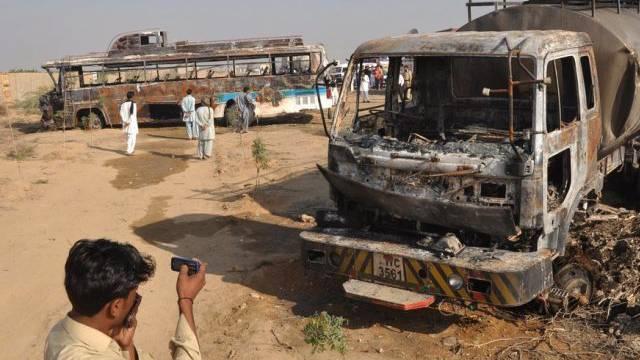 Beide Fahrzeuge brannten beim Unfall bei Karachi aus