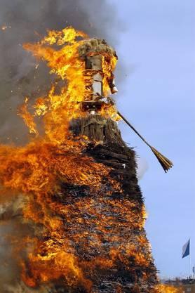 Die Flammen machen sich über den rest Böögg her