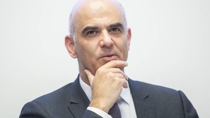 Alain Berset will wieder Gruppen bis zu 30 Personen im Freien zulassen. Welche Lockerungen heute wirklich in Kraft treten, gibt der Bundesrat um 15 Uhr bekannt.