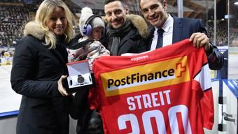 Ex-Eishockey-Profi Mark Streit (Mitte) mit Ehefrau Fabienne und Tochter Victoria und Raeto Raffainer, Chef der Swiss Ice Hockey Federation, bei seiner Verabschiedung im Dezember am Spengler Cup in Davos.