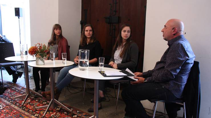 Bei der Gesprächsveranstaltung Lenzburg Persönlich beantworteten die drei Einwohnerrätinnen Bettina Hänny, Julia Mosimann und Phoebe Cueni (v.l.) die Fragen von Tinu Niederhauser