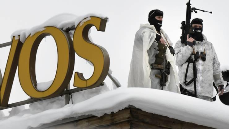 Spezialkräfte auf dem Dach und höhere Kosten: Als Folge der Terroranschläge von Paris wurde das Sicherheitsdispositiv am WEF 2016 in Davos verstärkt.