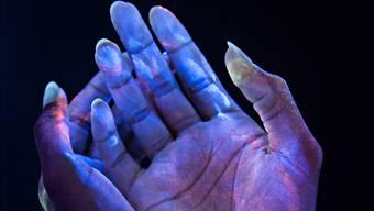 Hände weg von den Händen: Bakterien in Ultraviolett-Licht sichtbar gemacht.Getty Images