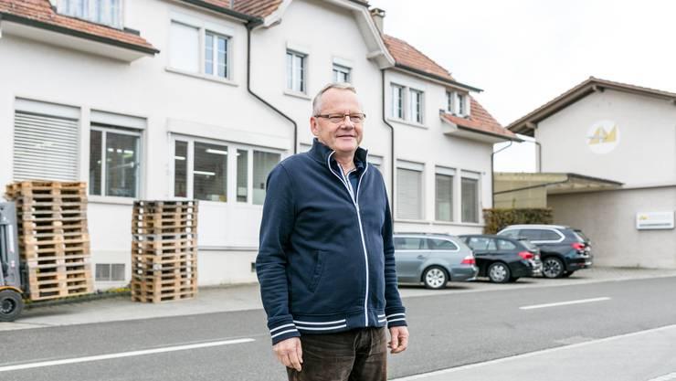 Adrian Michel, der Sohn des Erfinders Adrian Christian Michl. Hier vor der ehemaligen Uhrenfabrik aus dem Jahre 1914 in Schiltwald