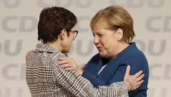 Annegret Kramp-Karrenbauer wird Merkels Nachfolgerin