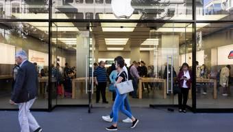 Als erstes US-Unternehmen ist Apple mehr als zwei Billionen Dollar wert (Apple Store in Zürich).