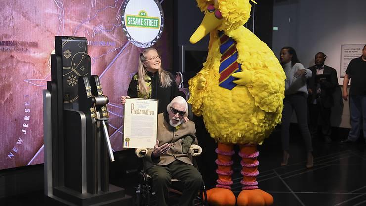 """Caroll Spinney spielte Jahrzehnte die """"Sesamstrasse""""-Figuren Bibo und Oscar. In den ikonischen Rollen des grossen, gelben Vogels Bibo (im Original Big Bird) und des griesgrämigen Oscar aus der Mülltonne arbeitete Spinney ab der ersten Sendung im Jahr 1969 mit. (Archivbild)"""