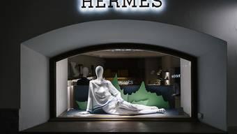 Der Handelskonflikt zwischen China und den USA hat keine Spuren im Geschäft des französischen Luxusmodeherstellers Hermes hinterlassen. Im Bild ein Schaufenster des Hermes-Shops in St. Moritz. (Archivbild)