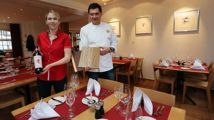 Der Wirt Martin Müller (rechts) mit seiner Partnerin Sandra Frieden bei der Wiedereröffnung des Restaurants im Dezember 2014. Archiv