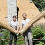 Trudy Hort und Andreas Bergamini vor dem Strohhaus von «Dutti» in Rüschlikon ZH.