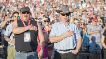 Schwing-Fans singen die Schweizer Nationalhymne am Eidgenössischen 2016 in Payerne.