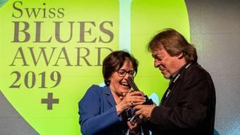 Dinu Logoz bekommt den Schweizer Blues Award überreicht.