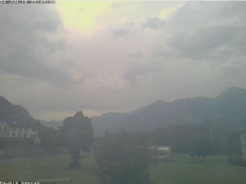Düstere Aussichten auch in Sargans, am Freitag um 20.43 Uhr. (Bild: swisswebcams)