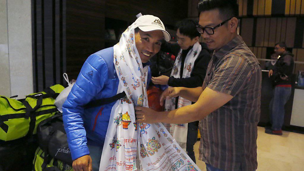Beim Aufbruch zu seiner 22. Besteigung des Mount Everest hatte der nepalesische Sherpa Kami Rita einen zeremoniellen Schal erhalten. Inzwischen ist er wohlbehalten von seiner Rekordbesteigung zurückgekehrt. (Archiv)