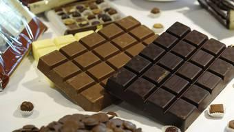Produkte des Schokoladenproduzenten Barry Callebaut werden in einer Auslage präsentiert. (Archivbild)
