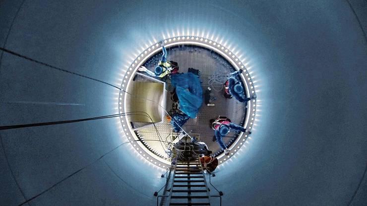 Arbeiter beim Aufbau einer Windturbine. Bild: Lee Yoon Sung/Getty