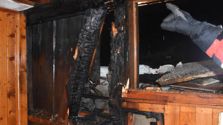 Ein verirrter Feuerwerkskörper hat in Klosters GR einen Brand in einem Mehrfamilienhaus ausgelöst.