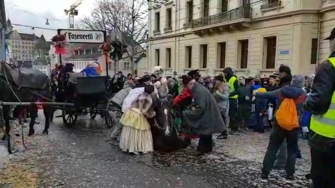 Chaisen-Unfall am Montags-Cortège: Der Kutscher und zahlreiche Helfer versuchen, das gestürzte Pferd aufzurichten