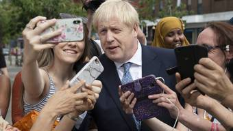 Boris Johnson posiert am Freitag für Selfies in North Road Birmingham.