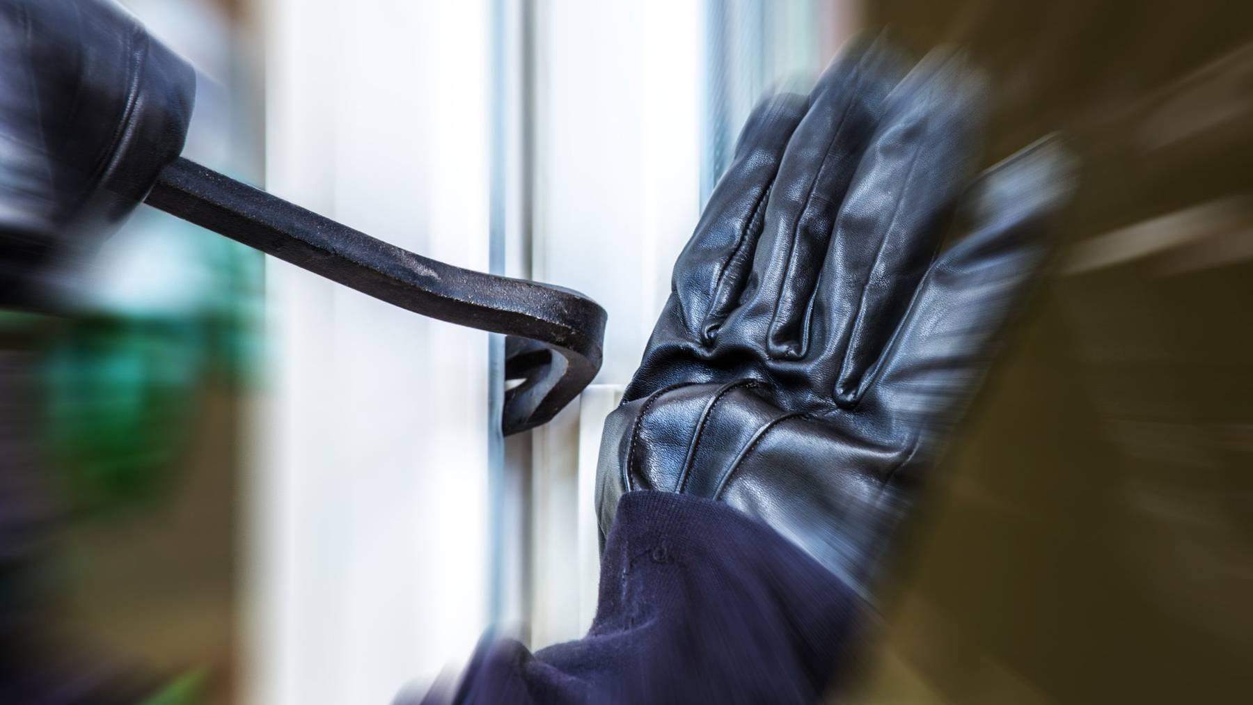 Die Einbrecher stiegen über ein Fenster und eine Türe in die Baumagazine ein. (Symbolbild)