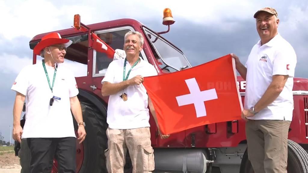 Sie fuhren mit dem Traktor an die Fussball-WM