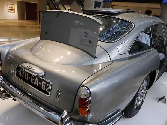 """Der versteigerte Aston Martin aus der """"James Bond""""-Filmreihe verfügt über ein kugelsicheres Schutzschild. (Archivbild)"""