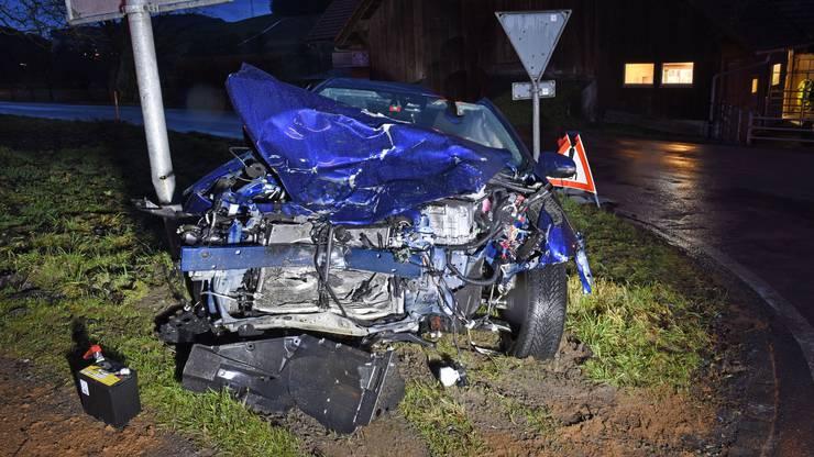 Der Autofahrer verletzte sich beim Unfall und wurde mit dem Rettungsdienst 144 ins Spital gefahren.