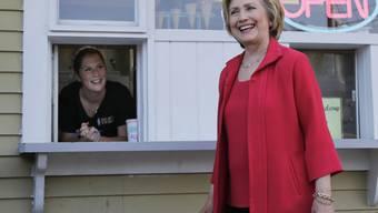 Hillary Rodham Clinton - hier beim Bestellen eines Glacé - hat die Rechte der Schwulen auf ihre Wahlkampf-Fahne geschrieben (Archiv)
