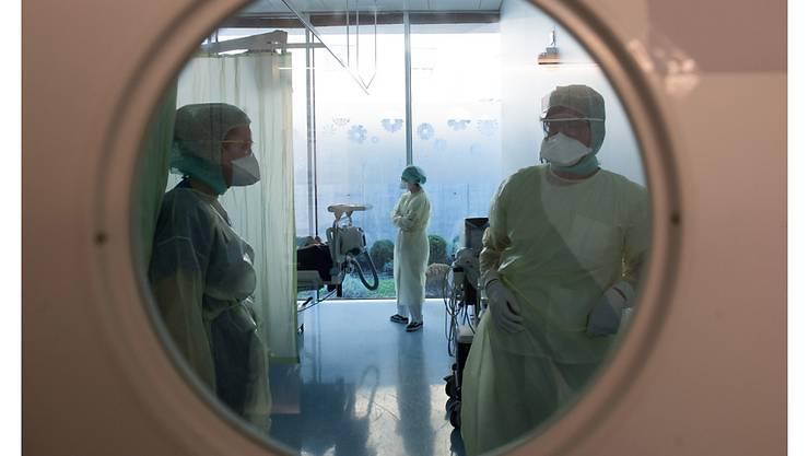 Ärzte behandeln einen Coronavirus Patienten im Kantonsspital La Carita in Locarno.