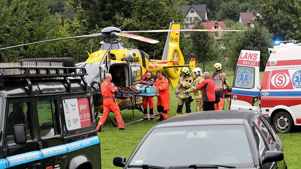 Durch Blitzeinschläge verletzte Touristen werden per Helikopter oder Ambulanz aus dem polnischen Teil des Tatra-Gebirges in ein Spital in Zakopane gebracht.
