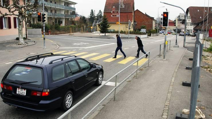 Abzweigung Haupt-/Schloss-Strasse: Der neue Fussgängerstreifen wird weiter hinten sein und die Ampelanlage verschwinden.  Alois Winiger