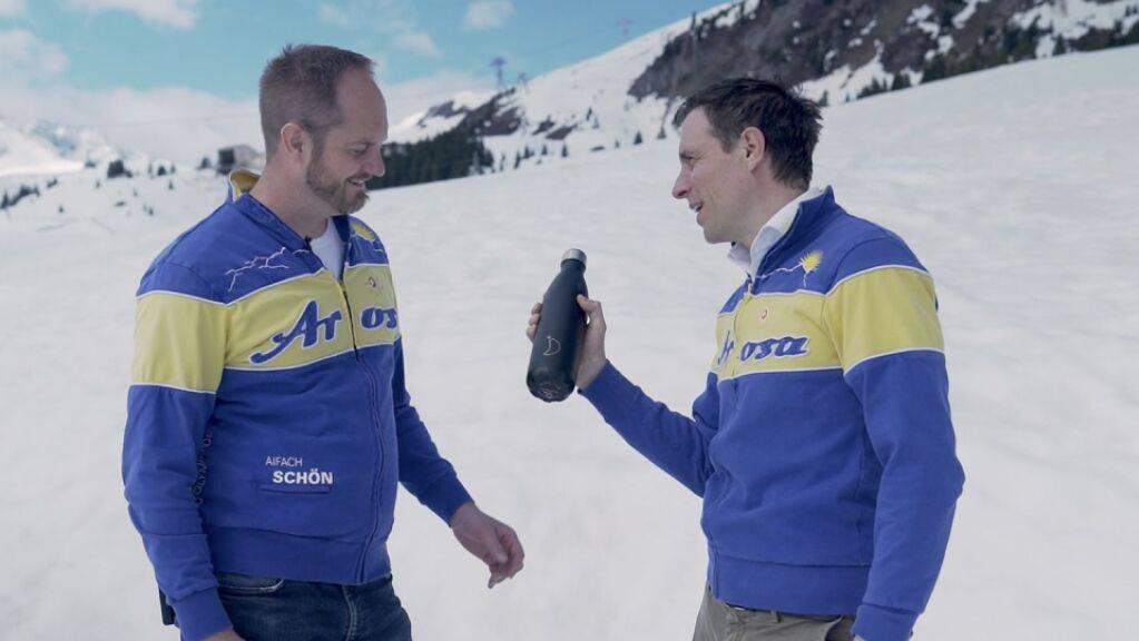 Symbolisch übergibt der ehemalige Tourismusdirektor Pascal Jenny (rechts) seinem Nachfolger Roland Schuler (links) das Amt als Tourismusdirektor von Arosa.